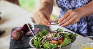 Salát jako plnohodnotné jídlo v jídelníčku fitnessky.