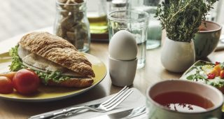 Snídaně s převahou bílkovin nebo sacharidů?